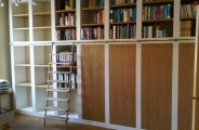 boekenkasten met eiken gefineerde deuren en rvs ladder