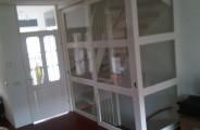 2 schuifdeuren voor trappen opening, voorzien van veiligheid glas