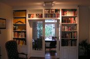 Ensuite boekenkast gespoten in kleur voorzien van 2 schuifdeuren
