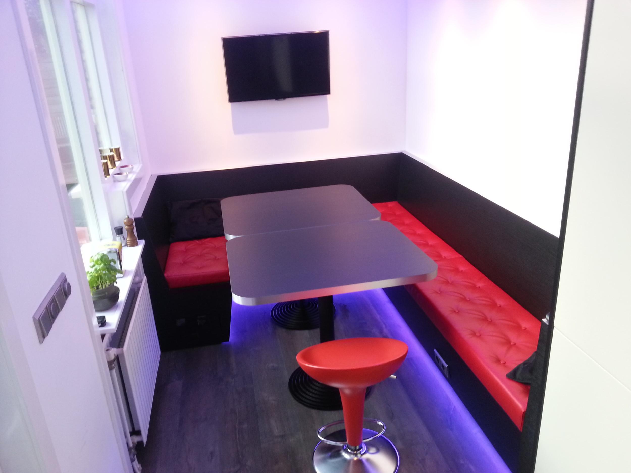 Hoekbank Keuken Op Maat : hoekbank in keuken voorzien van RGB led verlichting
