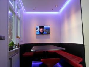 hoekbank in keuken voorzien van RGB led verlichting