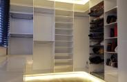 hoek kledingkast van hoogglans wit plaatmateriaal