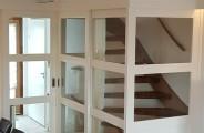 schuifdeuren voor open trap met rechts een vaste paneel voorzien van glas