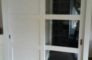 schuifdeur voor open trap en dichte schuifdeur voor trappenkast
