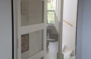 enkele schuifdeur met glaspaneel overloop woonhuis