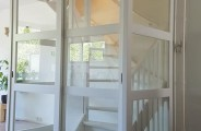 ombouw voor open trap voorzien van schuifdeuren