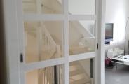 schuifdeuren voor open trap in woonkamer