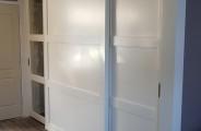 schuifdeuren voor open trap met dichte vaste midden paneel rechts opberg ruimte onder de trap