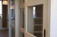 2 schuifdeuren voor open trap met vaste midden paneel voorzien van glas