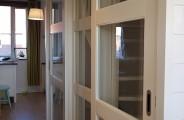 rimo schuifdeuren voor een open trap op de verdieping. deuren voorzien van soft open en close systeem . alles gespoten geleverd in ral 9010