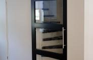 rimo schuifdeuren opmaat gemaakt voor een open trap. Deze deur is zwart gespoten en lijkt op een stalen deur , de ombouw is gespoten in ral 9010