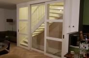 Schuifdeuren voor open trap  met glas paneel in het midden