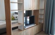 wandkast opmaat afgeleverd gecombineerd houtdecor met wit. De tv gemonteerd op een draai plateau zodat je aan 2 kanten tv kunt kijken.