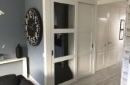 rimo schuifdeuren voor open trap met trappen kast , 1 deur voorzien van helder veiligheid glas andere deur met dichte panelen